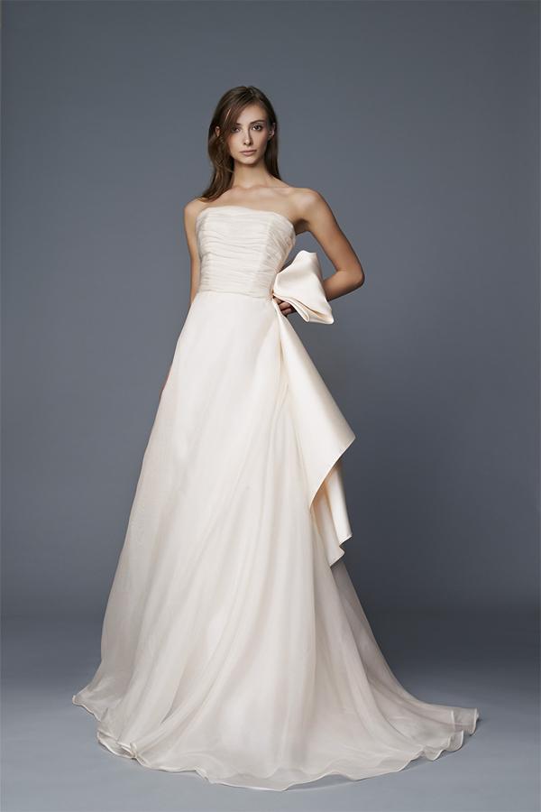 185b2770df6b ... abiti da sposa e da cerimonia firmati dallo stilista Antonio Riva. Creazioni  capaci di fondere modernità e tradizione